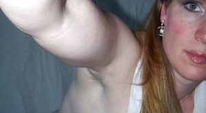Une femme rouquine mariée les seins a l'air nous envoie son selfie
