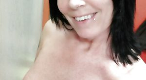 Selfie d'une serveuse de bar qui aime bien faire sa belle