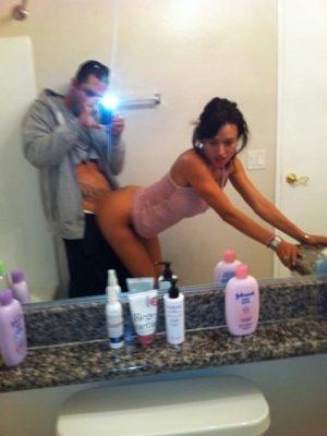 Selfie couple qui baise sur le lavabo