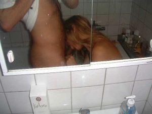 Selfie d'un couple qui baise dans sa salle de bain
