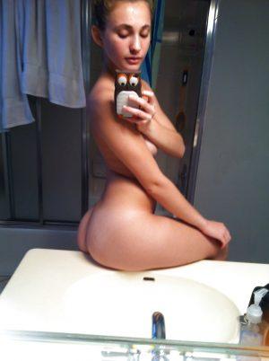 Nue dans la sdb, elle se prend en selfie