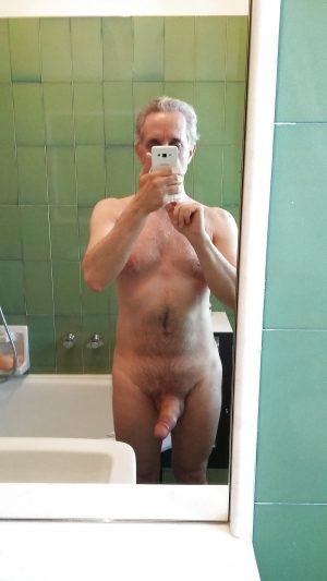 Selfie homme nu mature