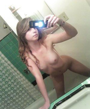 Selfie le cul cambré dans ma douche