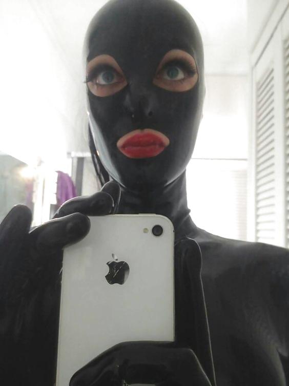 Selfie d'une femme en cagoule latex