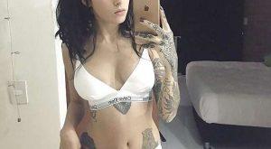 Selfie d'une brune tatouée qui veut pas enlever sa lingerie