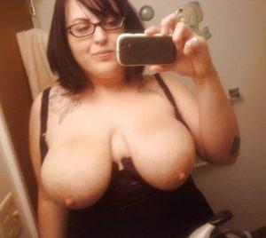 C'est une maman, elle a des gros seins pleins de lait
